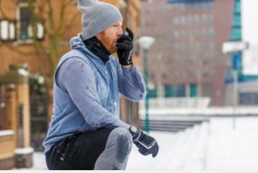 Om astma - Man i träningskläder som använder astmainhalator