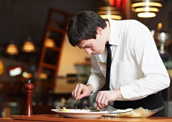 Undersökande servitör- restaurangmärkning.