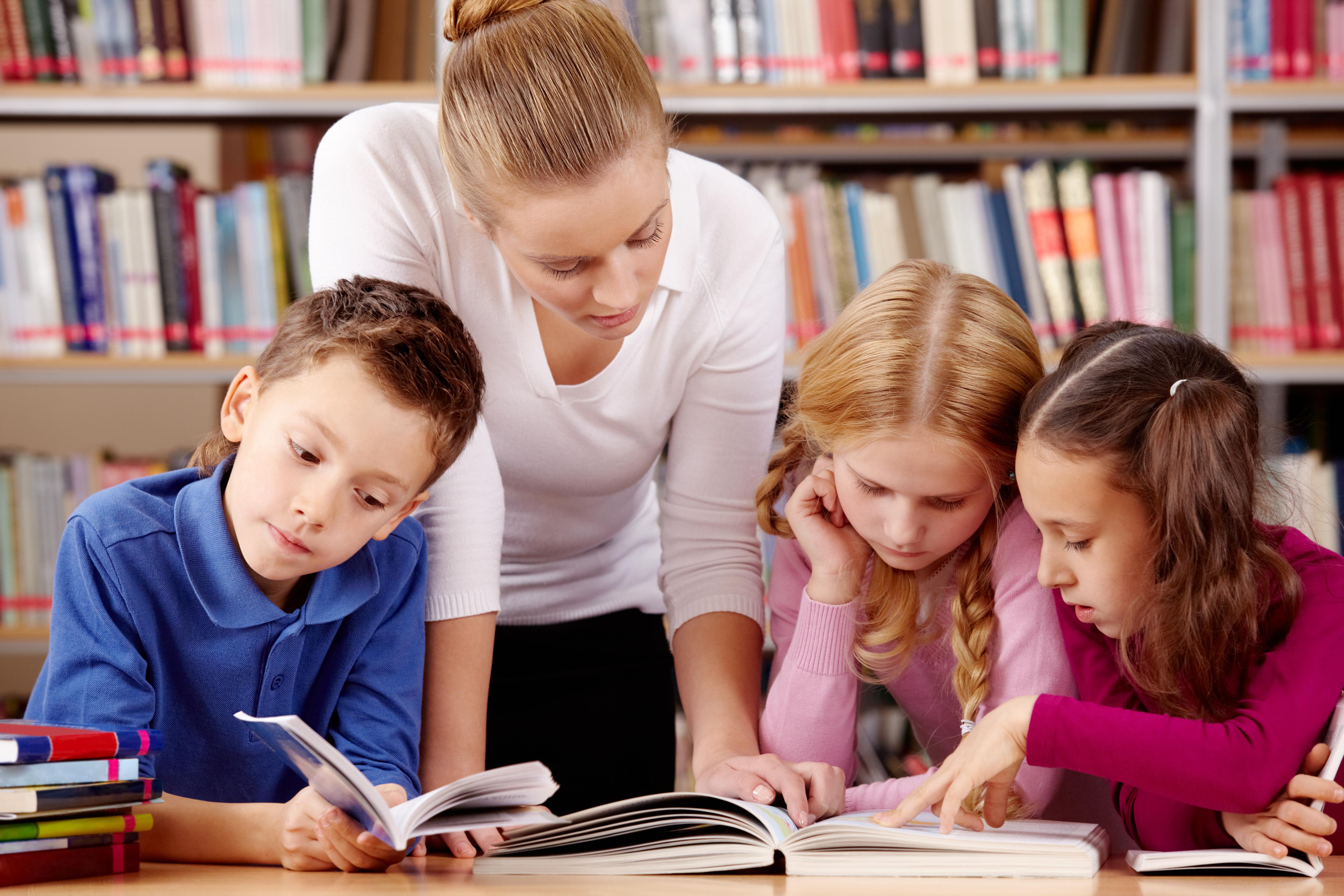 elever läser